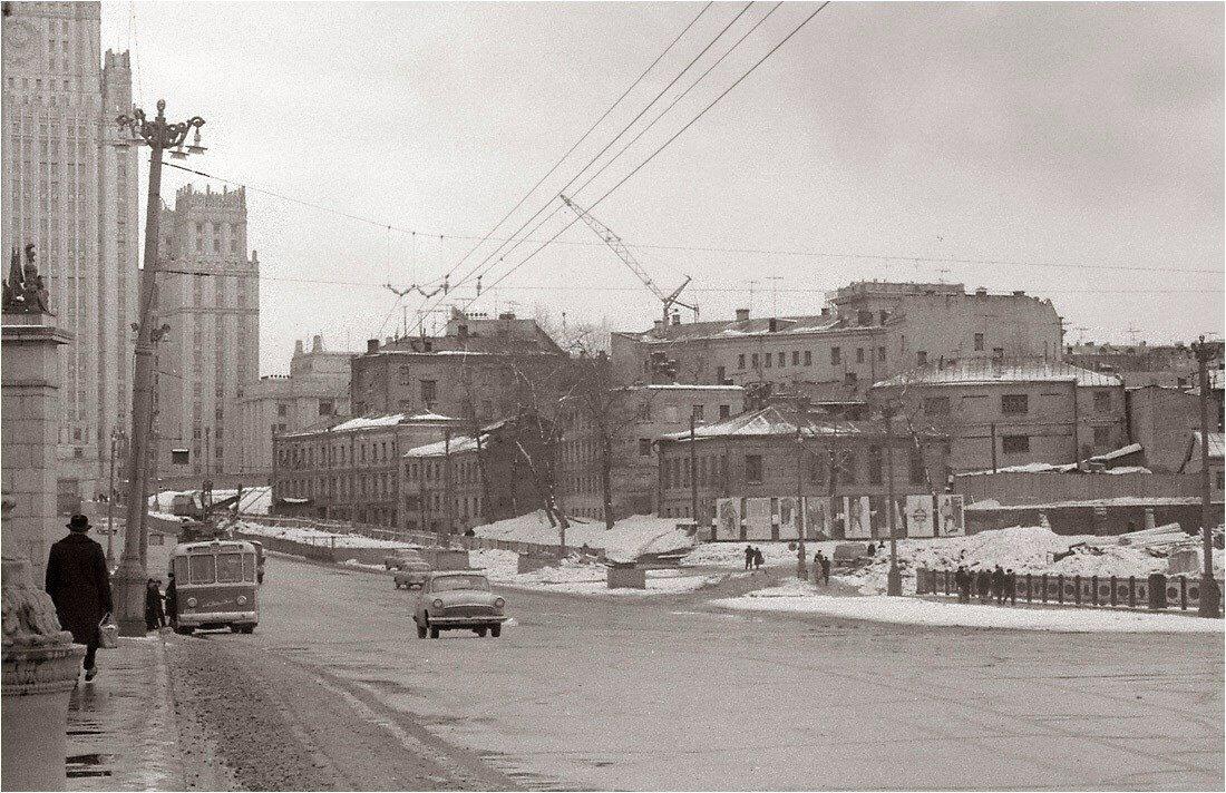 1966. Вид на Смоленскую улицу и здание МИД с Бородинского моста