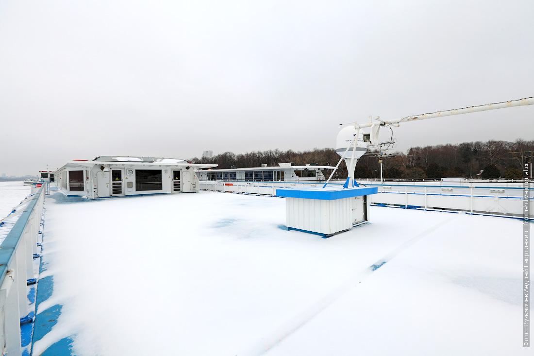 солярий теплохода Ленин под снегом