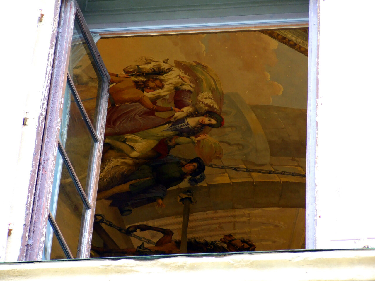 Случайно бросил взгляд в окно обычного дома, а там... фрески на потолке