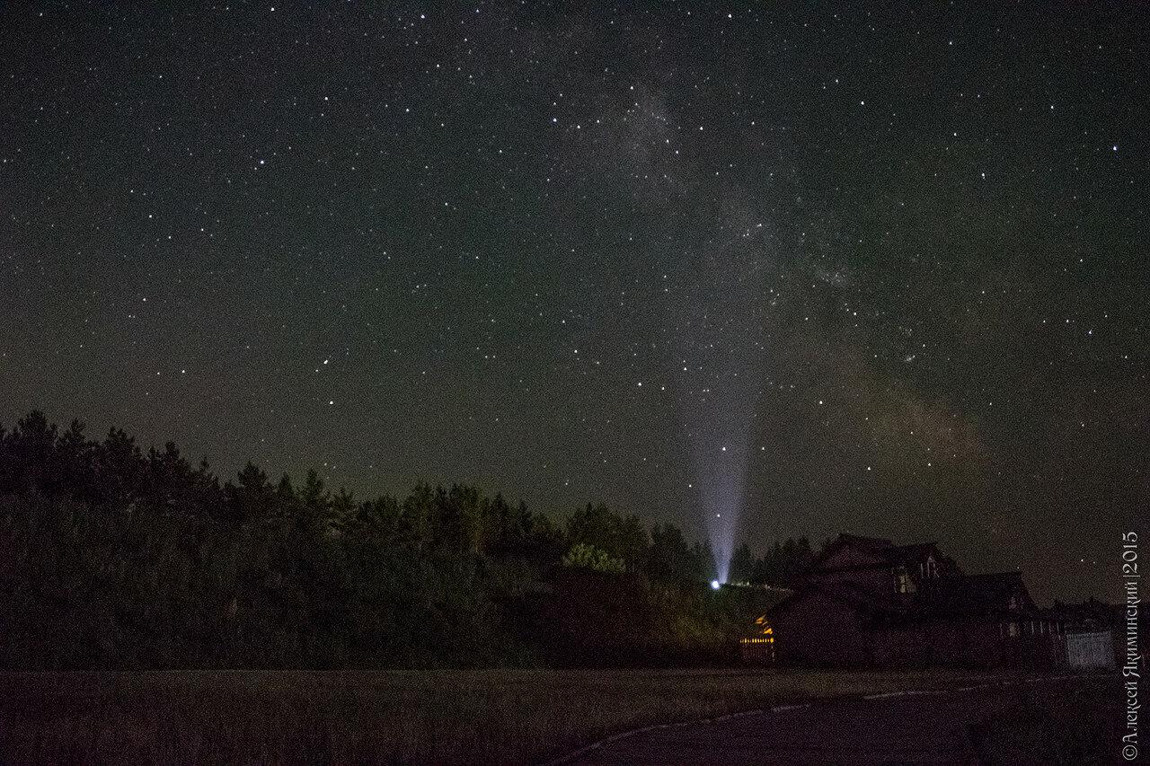Прожектор создает интересный эффект - кажется, что он зажигает Млечный Путь
