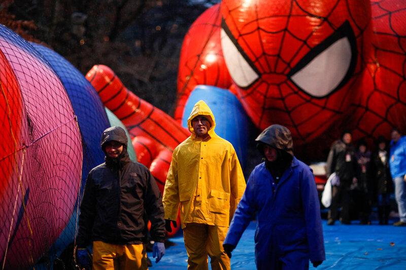 Нью-Йорк готовится в параду воздушных шаров на День благодарения