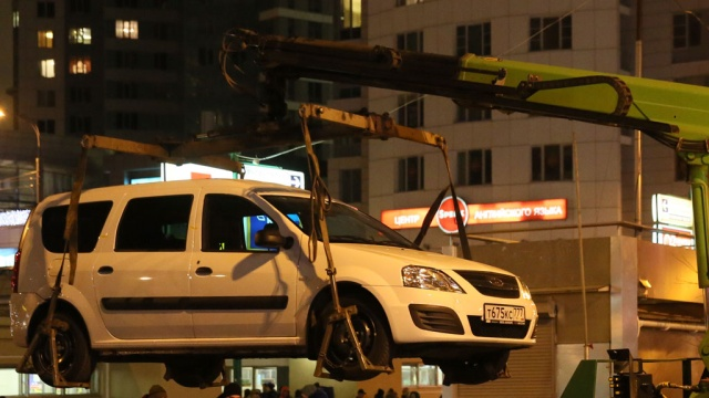 В столице эвакуатор чуть не забрал автомобиль со спящим ребенком. Москва,автомобили,дети и подростки,эвакуация.