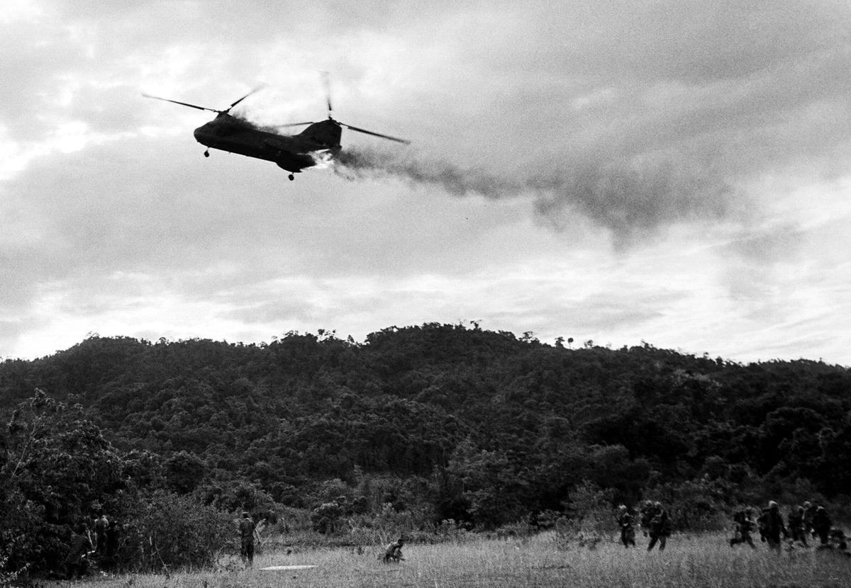 Вертолет морской пехоты США СН-46, который оказался подбитым огнем с земли к югу от демилитаризованной зоны между Севером и Югом Вьетнама