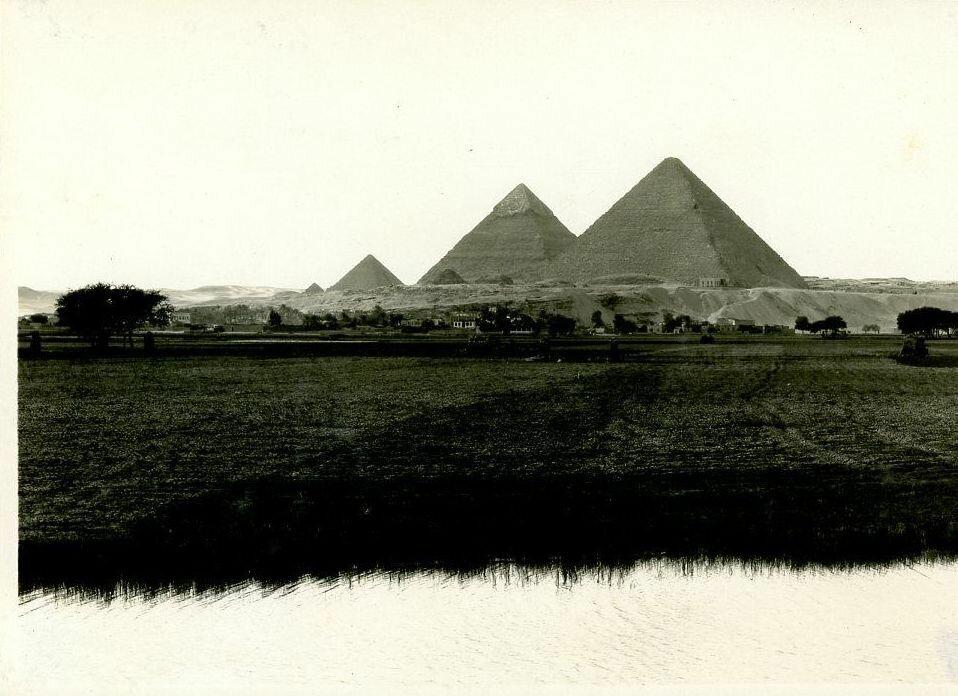Гиза.  Вид на пирамиды из деревни