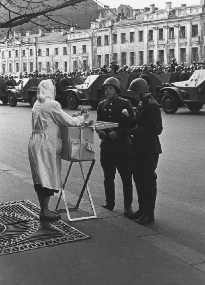 138. 1950. На первомайском параде. Мороженое