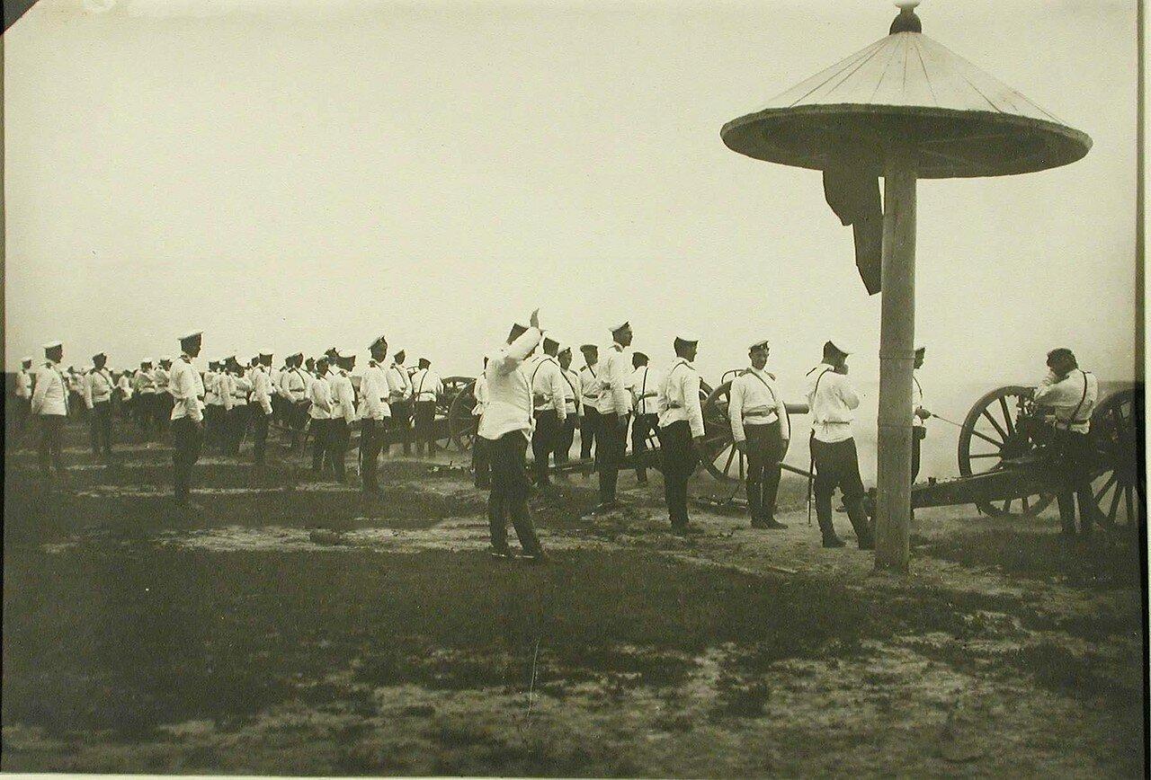 19. Офицеры и юнкера во время занятий в парке. Красное Село