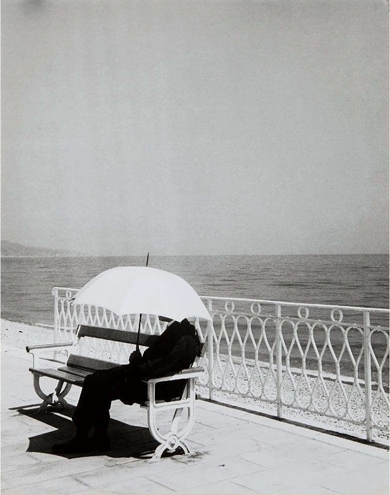 1934. Человек под белым зонтиком