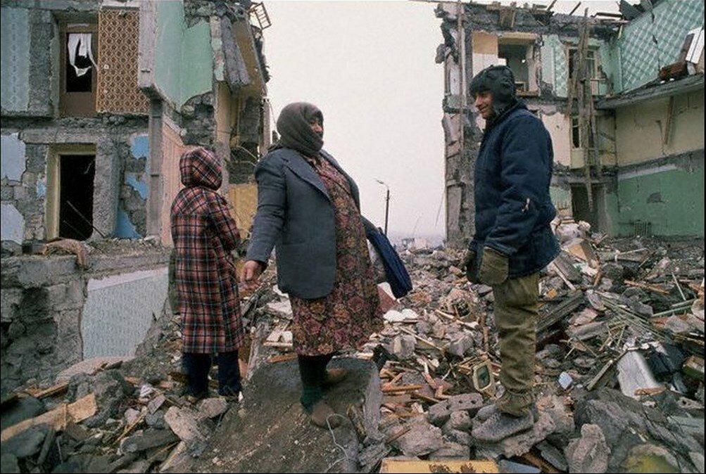 1988. Армения. Выжившие в землетрясении возле разрушенных зданий