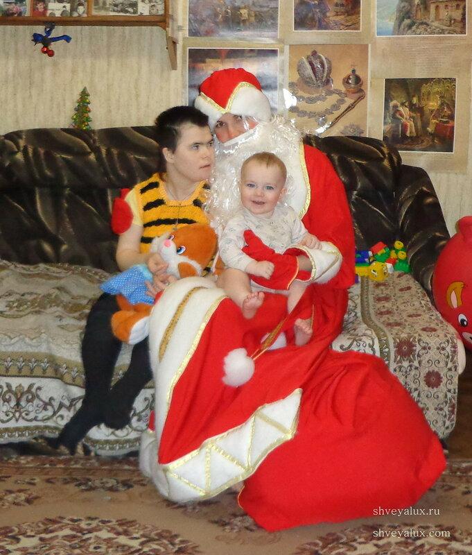 Дед Мороз поздравляет детей инвалидов