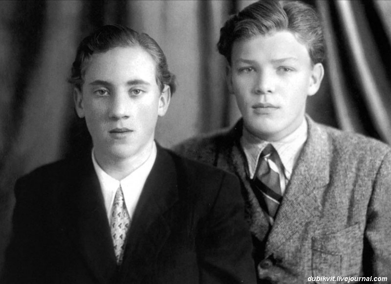 1953 год. Владимир Высоцкий и школьный друг Владимир Акимов.jpg