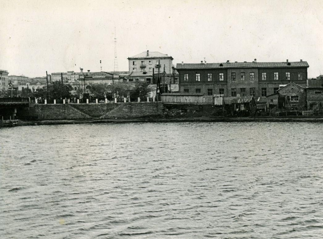 Каменная_набережная_у_моста_начало_1960-х_1.jpg