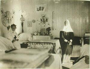 Сестры милосердия в своей комнате, устроенной в одной из кают баржи-лазарета Мраморного дворца
