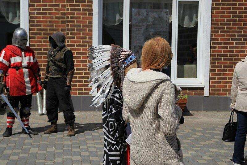 Девушка-индеец и реконструкторы на заднем плане - «Вятский Арбат» в день города-2015 на пешеходной улице Спасской