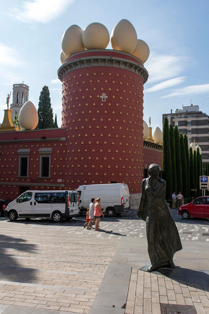 Испания. Фигерас. Театр-музей Дали. Башня Галатея. Бронзовая Гала