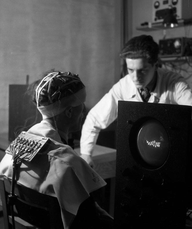 1942. Электроэнцефалография. Лаборатория Марей