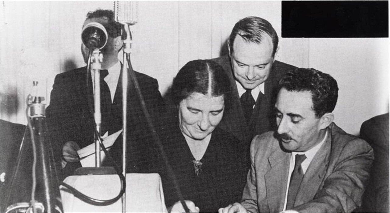 1948.  Голда Меир подписывает провозглашение независимости Израиля