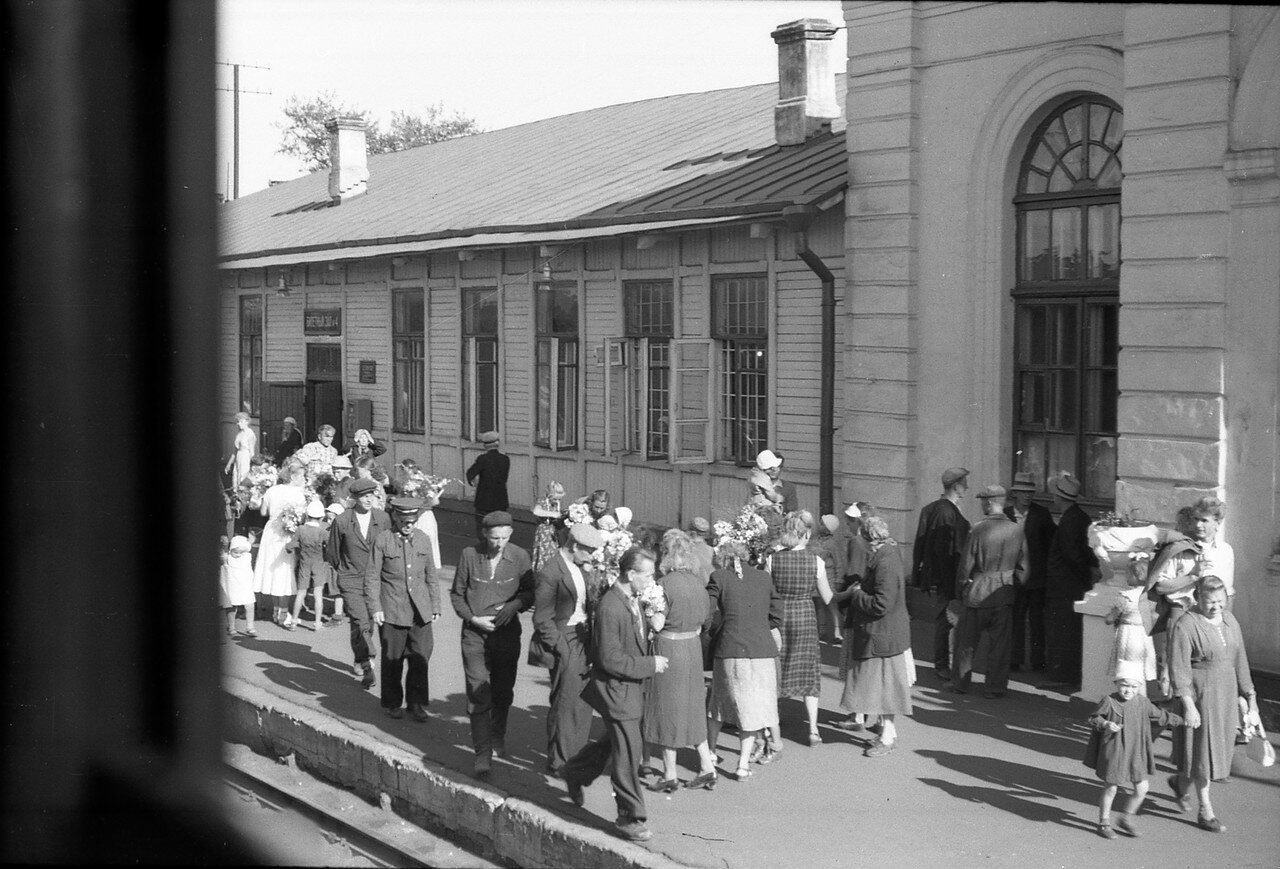 Московский вокзал. Люди на перроне