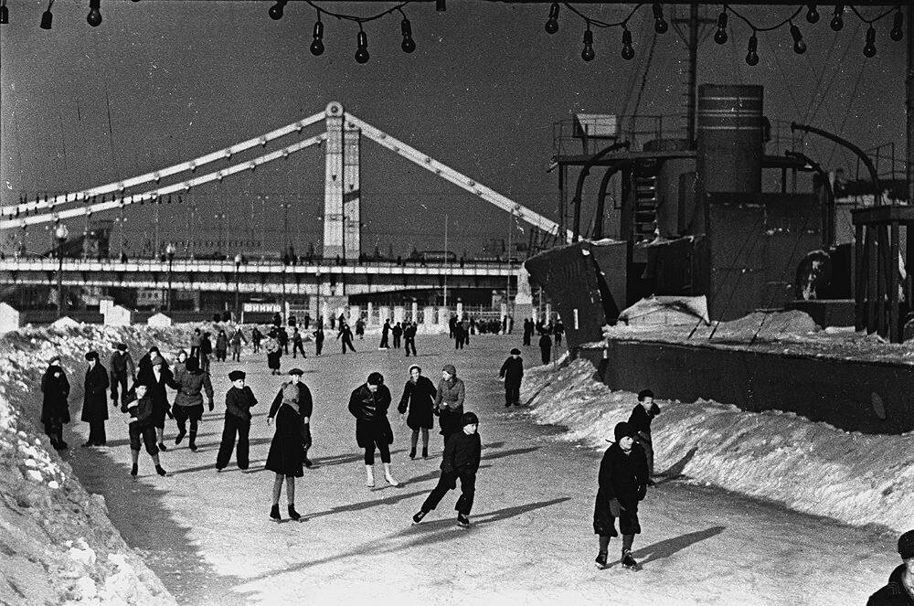 1938. Горожане на катке в ЦПКиО им. Горького