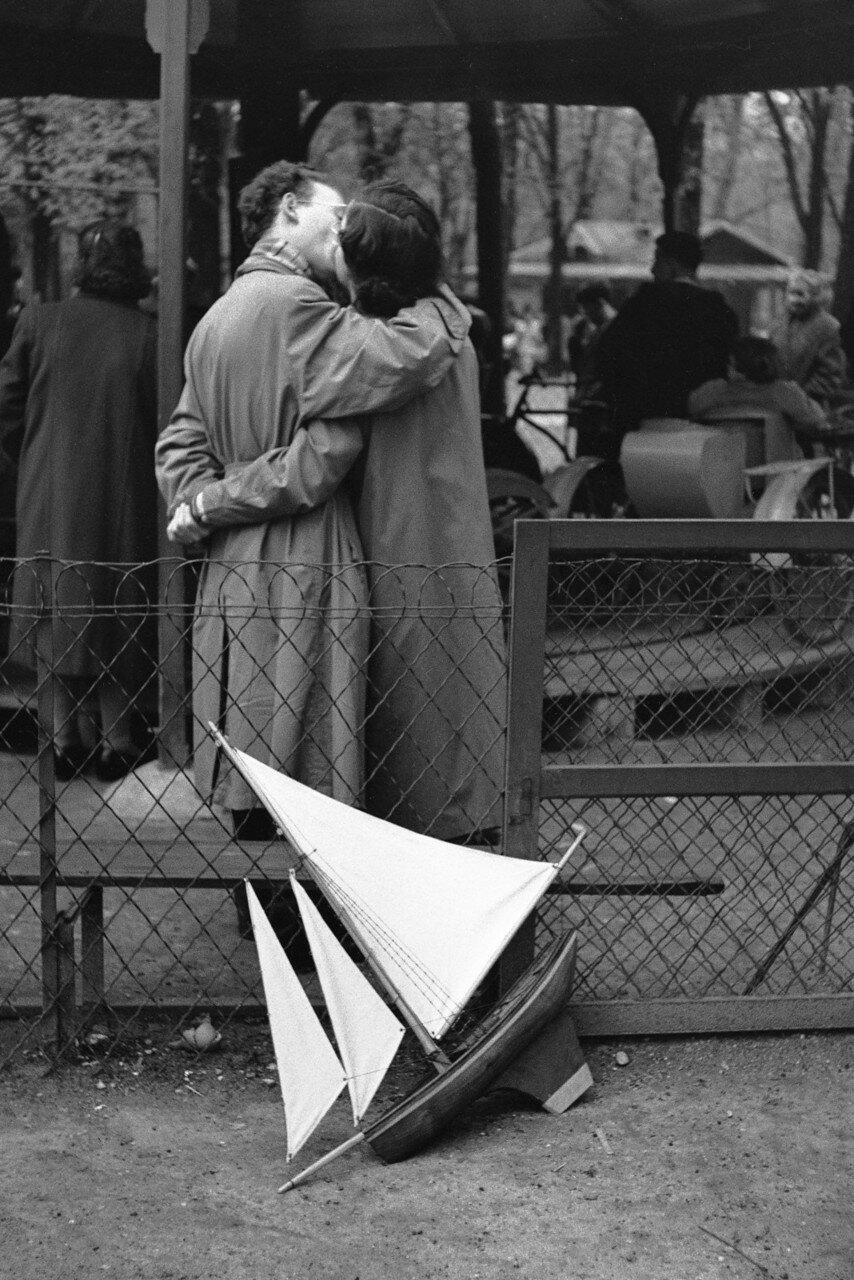 1952. Пара в Люксембургском саду