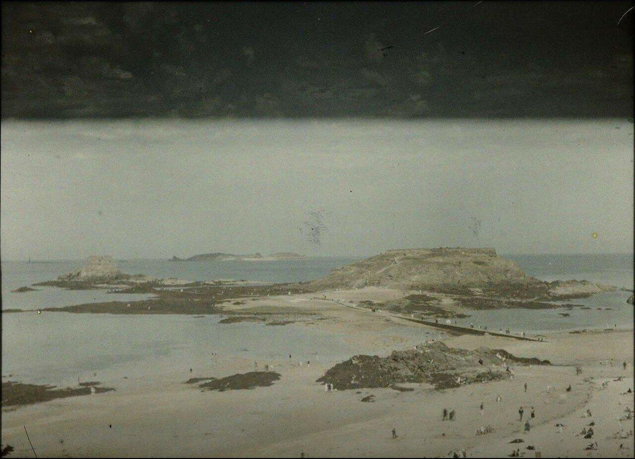 1913. Вид пляжа с фортом в Сен-Мало