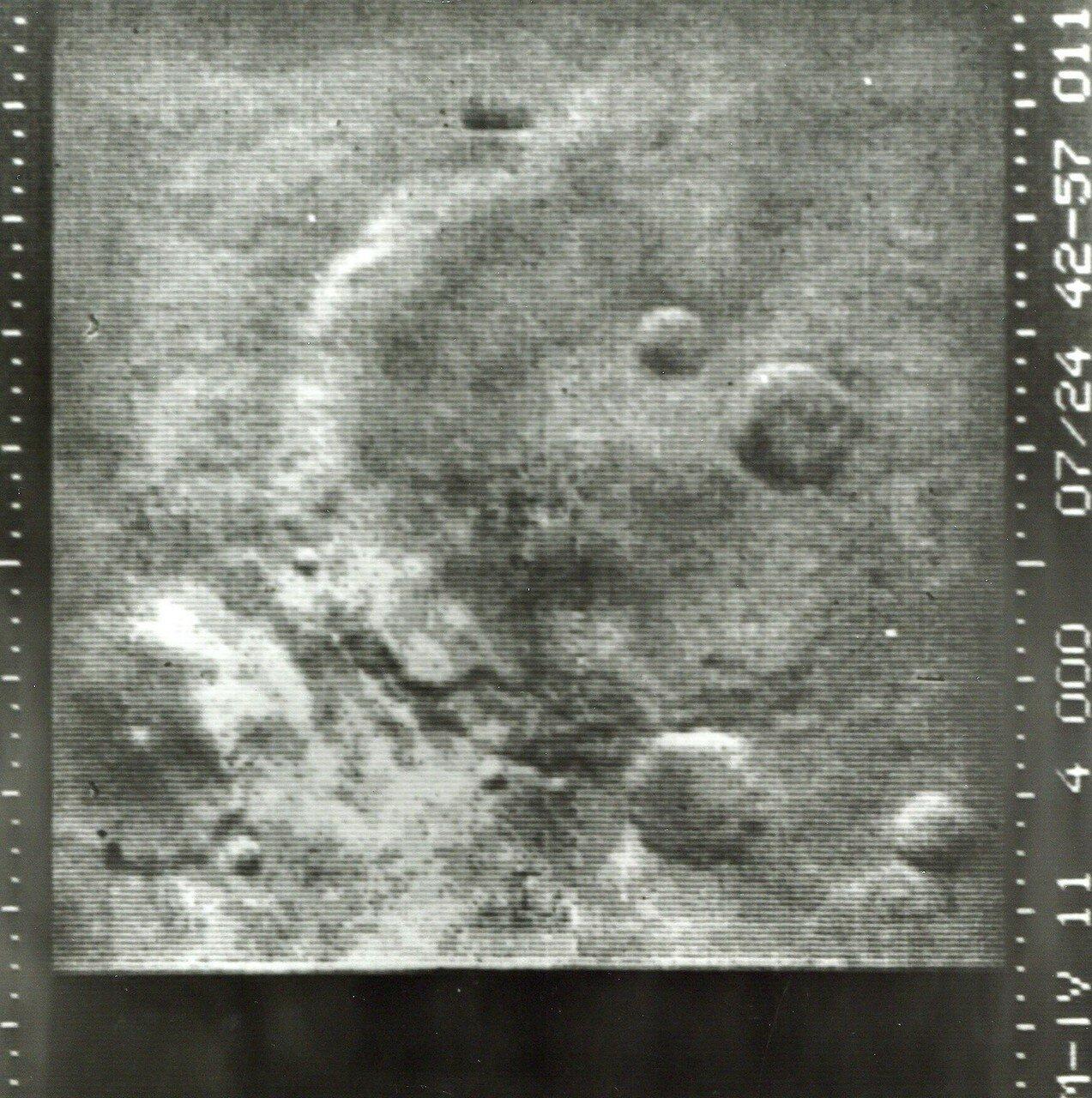 1965, июль. Маринер-4 совершил 14-15 июля 1965 года первый успешный облет Марса и стал первым космическим аппаратом, который сделал снимки другой планеты с близкого расстояния и передал их на Землю. Качество полученных снимков Марса было низким