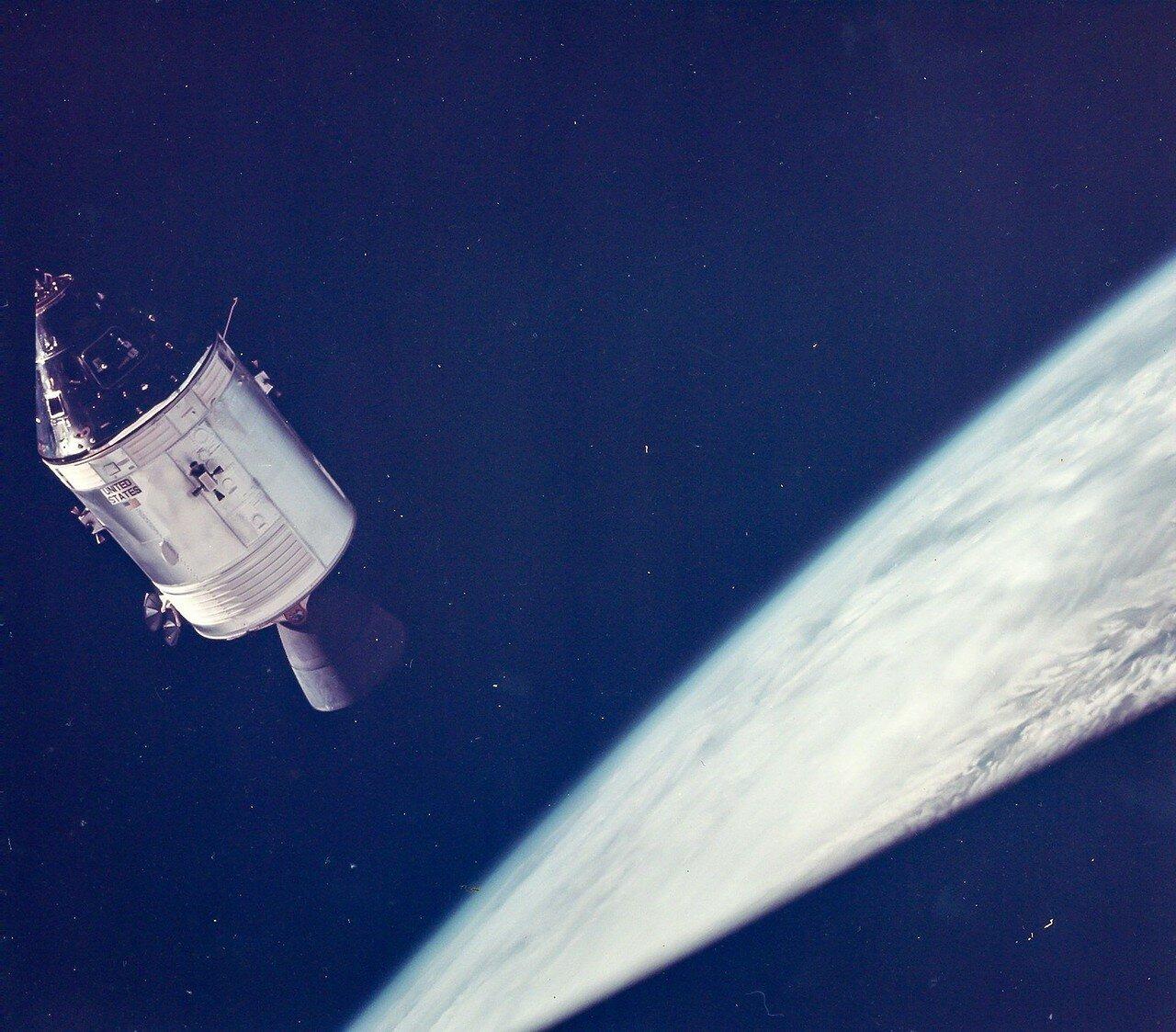 1969, 3 марта. «Аполлон-9»— пилотируемый космический корабль, совершивший первый испытательный полёт в полной конфигурации (командный и лунный модули), в ходе подготовки экспедиций на Луну.  На снимке КМ «Гамдроп», вид из ЛМ «Спайдэр»