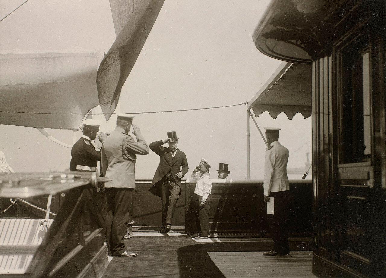 11. Прибытие гостей на борт Императорской яхты «Штандарт»