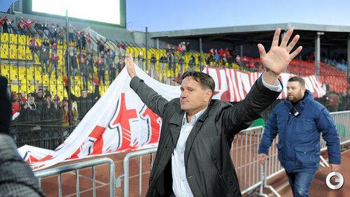 Дмитрий Аленичев приветствует спартаковских болельщиков