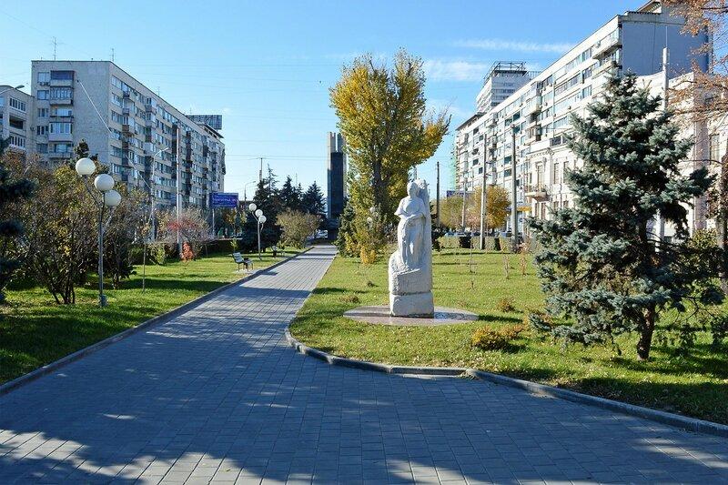 Аллея посередине проспекта Ленина