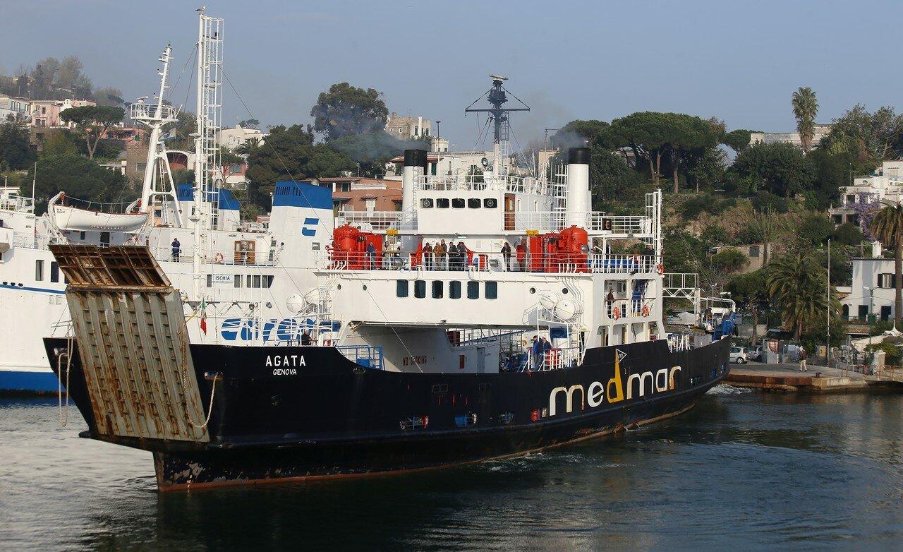 Искья. Утро в порту  (Il Porto di Ischia). Паром Агата (Agata classe ferry)