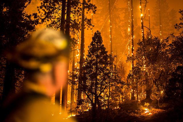 При съёмке с длинными выдержками фотограф захватывает не только интенсивное свечение пожаров, но све