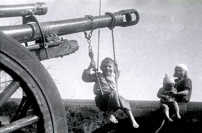 Самодельные качели после Сталинградской битвы, весна 1943г.