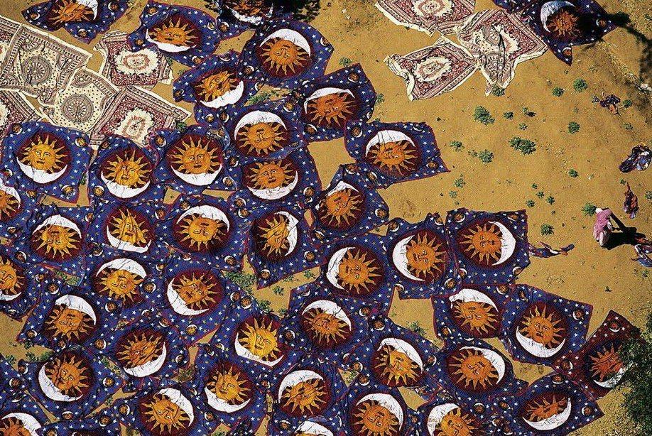 9. Сушка свежеокрашенных ковров в индийском городе Джайпур.