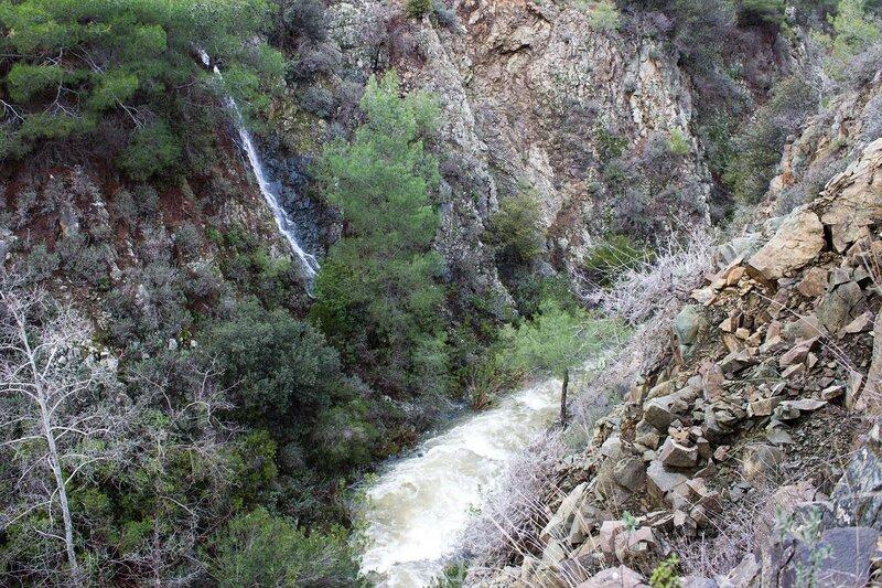 река и водопады после дождя на Кипре