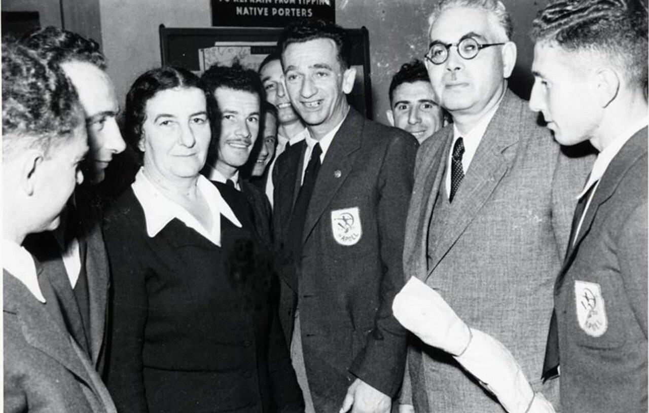 1947.  Голда Меир и футбольная команда  Апоэль