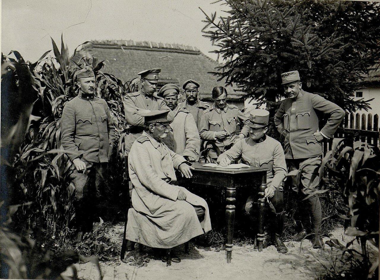 Допрос пойманных русских офицеров, захваченных в Зборове 7 августа 1916