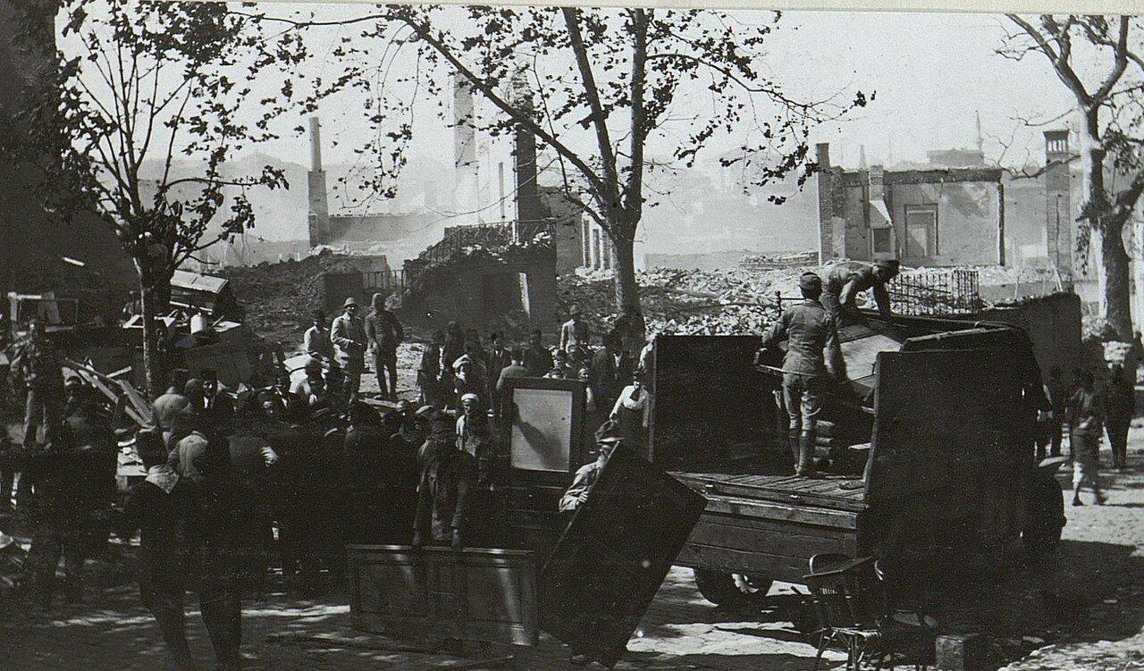 Bilder vom Riesenbrand in Stambul. Цsterr.Soldaten bei den Bergungsarbeiten.