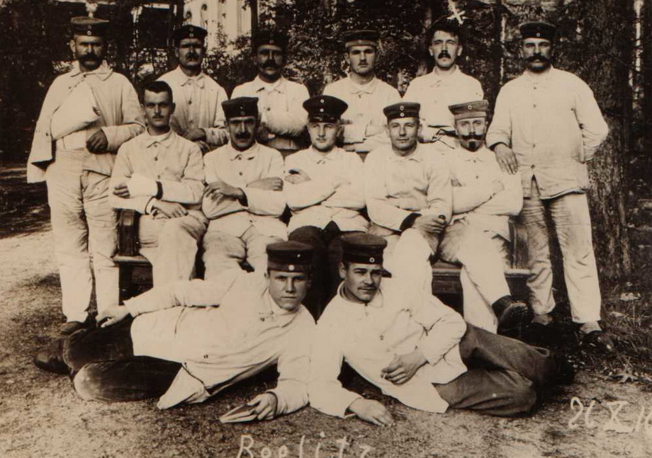Гитлер (задний ряд, второй справа) в военном госпитале. 1918 г.