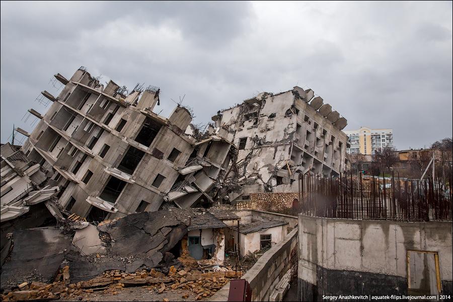 16-этажка в Севастополе после третьего взрыва.