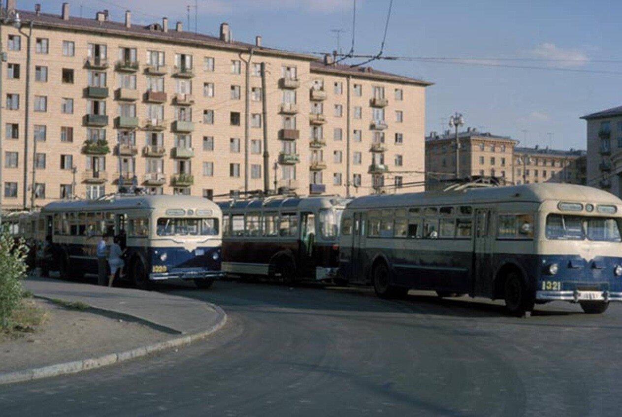 Конечная остановка троллейбусов у метро «Университет»