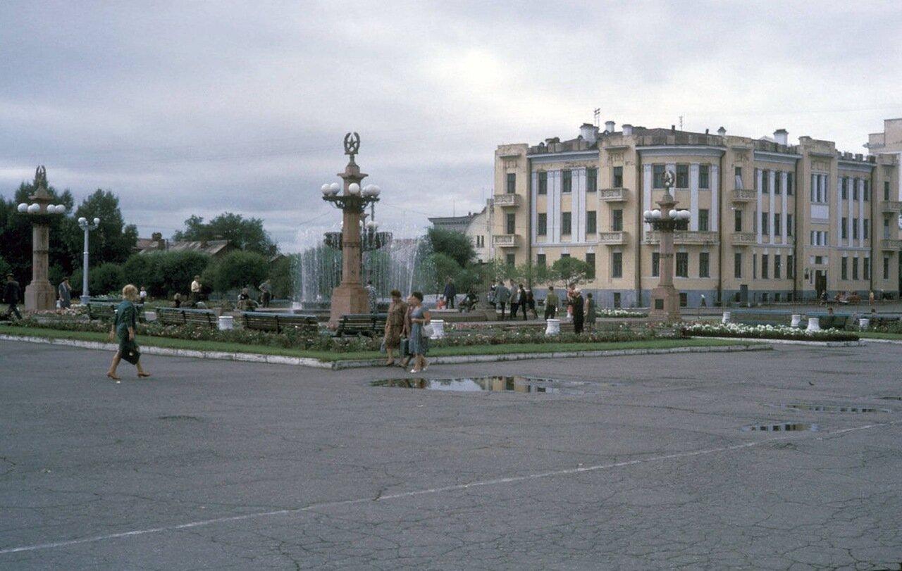 Хабаровск. Возле городского фонтана