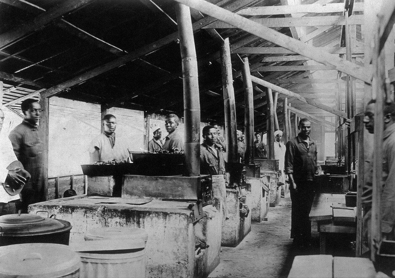 1918. Группа негров докеров в своей столовой