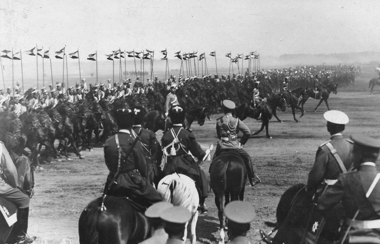 100. Автомобильные части 1 учебной автороты на параде войск проходят мимо императора Николая II и его свиты
