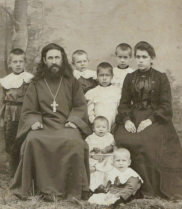 Священник с.Лаж и Шурма Михаил Романов со своей семьей
