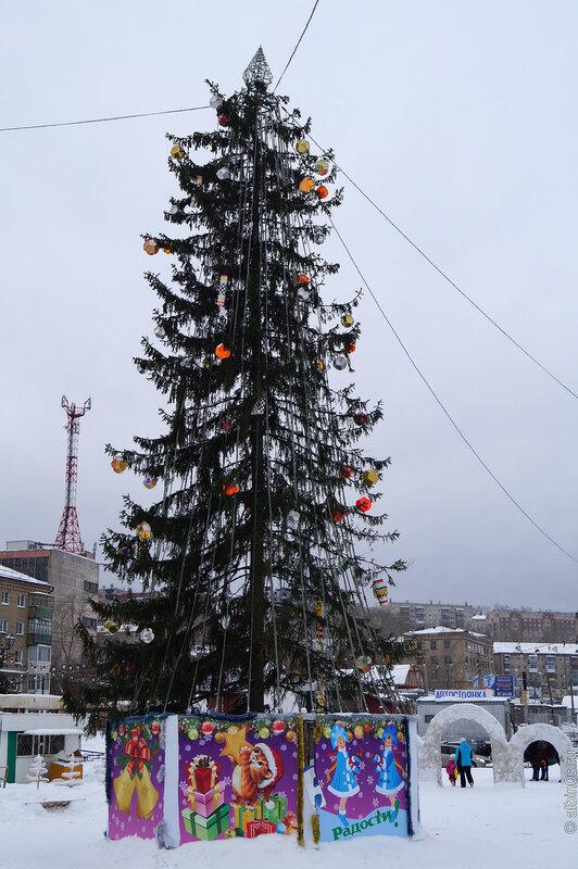 Новогодняя елка перед ДК Металлург