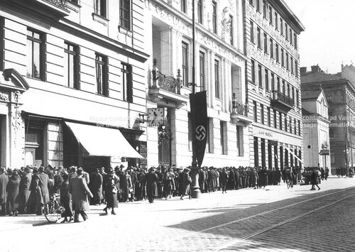 Ho_Jews-in-Vienna-queing-for-Visas.jpg