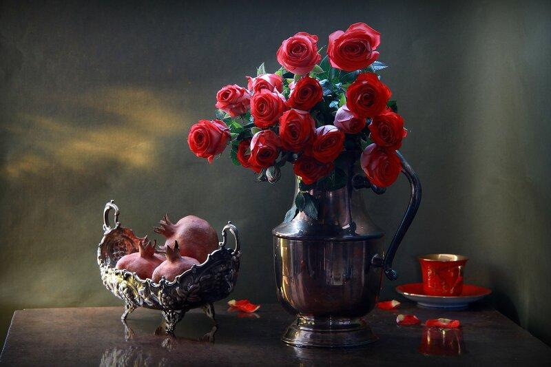 У красных роз пьянящий аромат