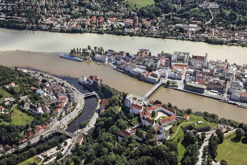 Пассау, Германия. Слева черные воды Ильца, в центре - голубой Дунай, справа - бирюзовый Инн.jpg