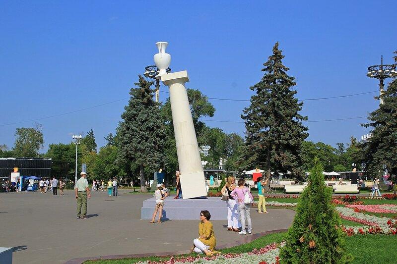 Балансирующую колонна на ВДНХ - скульптура «Зыбкость» Ростана Тавасиева (Россия)