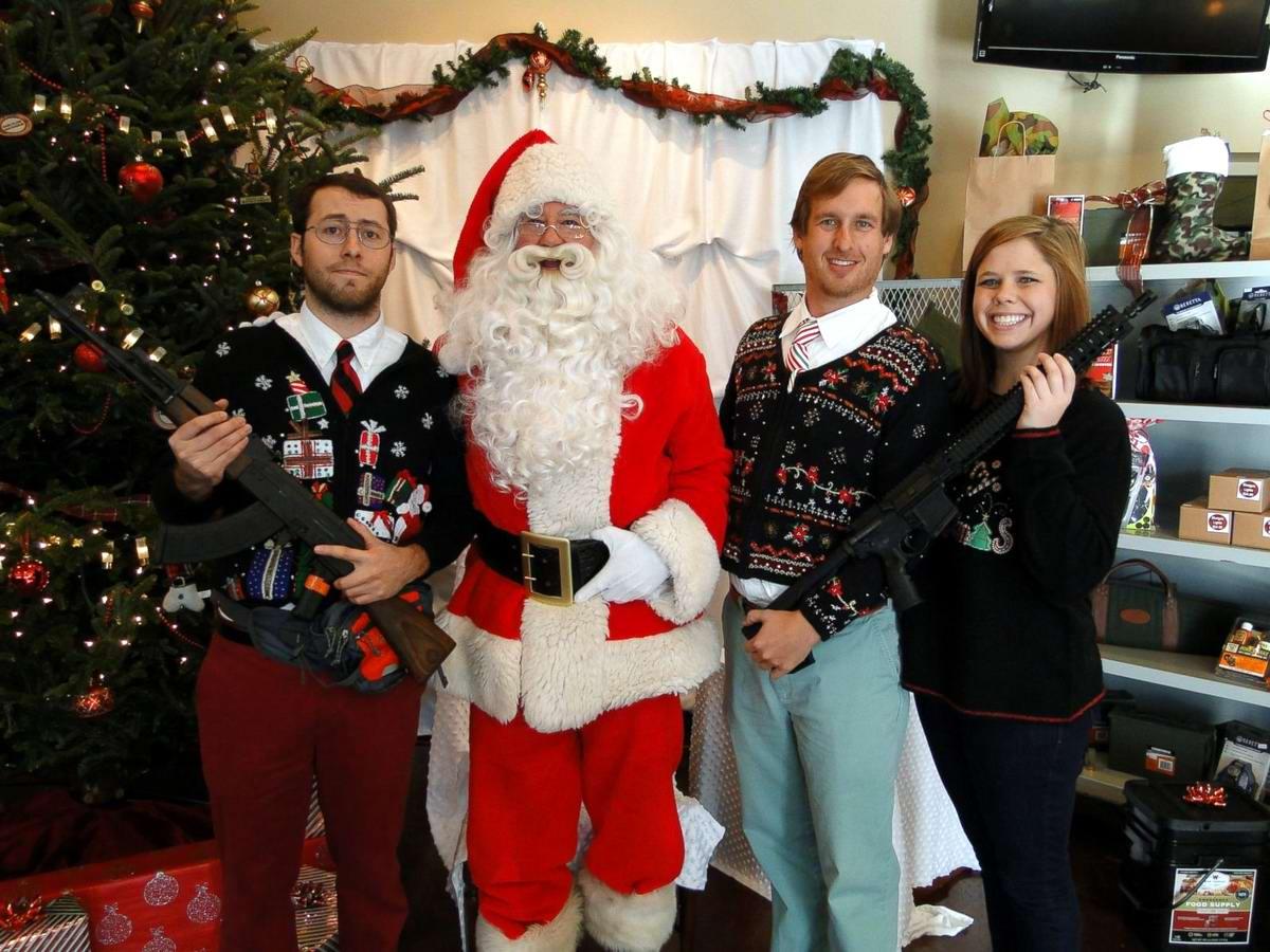 С автоматами в компании Санта-Клауса: Добропорядочные американцы готовятся к встрече Рождества (1)